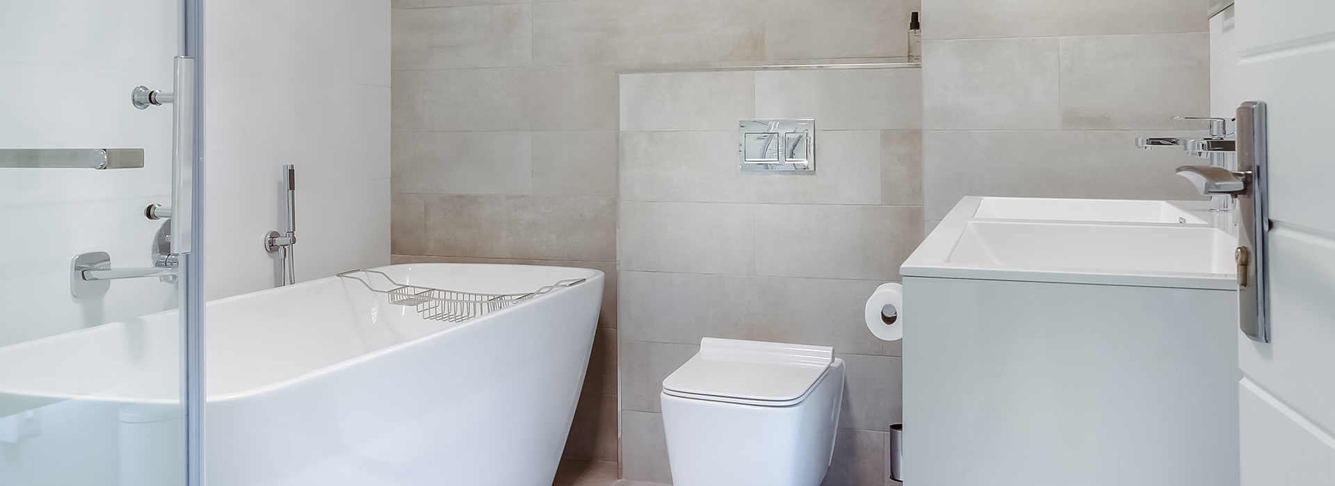 Modernes helles Badezimmer