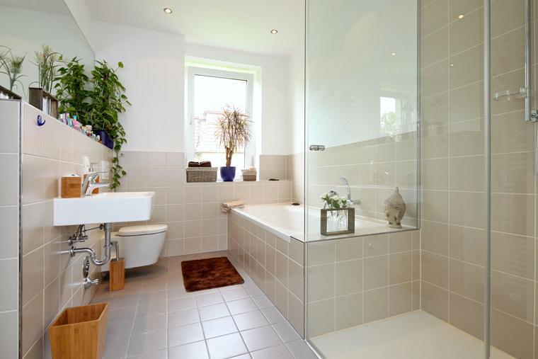 Moderne Badezimmer von der Storch Heizung Sanitär GmbH
